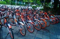 Шэньчжэнь, Китай: mobike припарковано на улице стоковая фотография rf