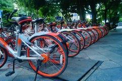 Шэньчжэнь, Китай: mobike припарковано на улице стоковое фото