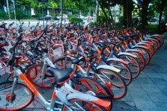 Шэньчжэнь, Китай: mobike припарковано на улице стоковое изображение