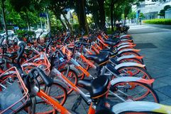 Шэньчжэнь, Китай: mobike припарковано на улице стоковое фото rf