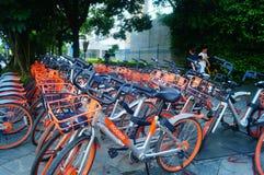 Шэньчжэнь, Китай: mobike припарковано на улице стоковая фотография