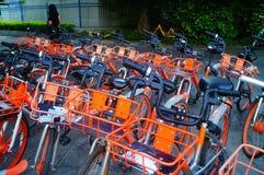 Шэньчжэнь, Китай: mobike припарковано на улице стоковое изображение rf