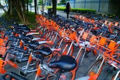 Шэньчжэнь, Китай: mobike припарковано на улице стоковые фотографии rf