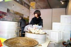 Шэньчжэнь, фарфор: испаренный заполненный магазин плюшки Стоковая Фотография RF