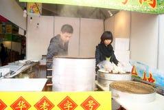 Шэньчжэнь, фарфор: испаренный заполненный магазин плюшки Стоковое Изображение