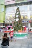 Шэньчжэнь, фарфор: фотографировать перед рождественской елкой Стоковые Фото