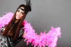 Шлейф девушки розовый и черное перо на голове Масленица Стоковые Фотографии RF
