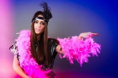 Шлейф девушки розовый и черное перо на голове Масленица Стоковое фото RF