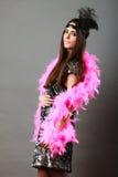 Шлейф девушки розовый и черное перо на голове Масленица Стоковые Изображения