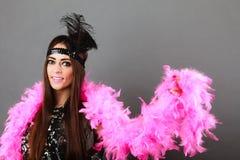 Шлейф девушки розовый и черное перо на голове Масленица Стоковая Фотография RF