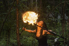 Шлейф суфлера огня выставки огня большой пламени стоковое фото