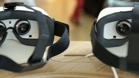 Шлемофоны VR, виртуальная реальность устанавливают, стекла VR лоток сток-видео