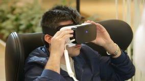 Шлемофоны VR, виртуальная реальность устанавливают, стекла VR акции видеоматериалы