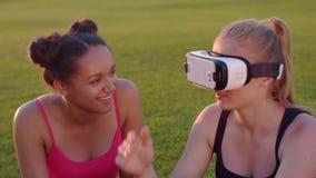 Шлемофон виртуальной реальности на женщине outdoors Женщины имея потеху с шлемофоном vr видеоматериал