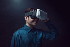 Шлемофон виртуальной реальности человека нося Стоковое Фото