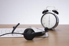 Шлемофон, клавиатура компьютера и будильник Стоковое Изображение