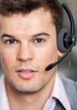 Шлемофон работника центра телефонного обслуживания нося в офисе Стоковое фото RF