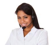 Шлемофон счастливой женщины нося Стоковые Фото