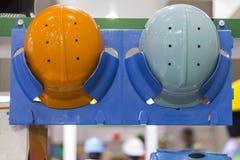 Шлемы безопасности на полке; Работая защитные шлемы Стоковые Изображения RF
