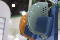 Шлемы безопасности на полке; Работая защитные шлемы Стоковое Фото
