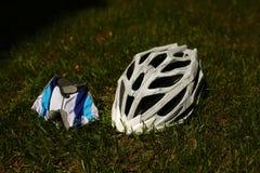 Шлем велосипеда на траве Стоковые Фото