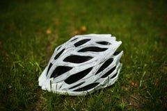 Шлем велосипеда на траве Стоковое Фото