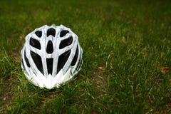 Шлем велосипеда на траве Стоковое фото RF