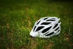 Шлем велосипеда на траве Стоковые Изображения