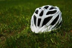 Шлем велосипеда на траве Стоковые Фотографии RF