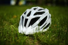 Шлем велосипеда на траве Стоковая Фотография