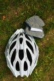 Шлем велосипеда на траве Стоковые Изображения RF