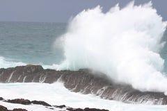 Шлем волны против утеса Стоковое Фото