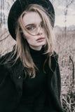 шлем девушки предпосылки красивейший изолировал детенышей портрета белых Стоковые Изображения