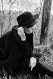 шлем девушки предпосылки красивейший изолировал детенышей портрета белых Стоковое фото RF