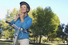 Шлем женщины нося Стоковое фото RF