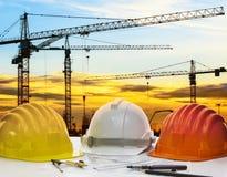 Шлем и инженерство безопасности планируют с чертежными инструментами на en Стоковая Фотография RF