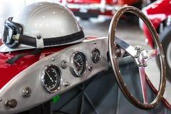 Шлем и стекла на роскошном обратимом автомобиле спорт стоковое изображение rf