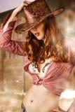 Шлем ковбоя женщины нося Стоковые Фото