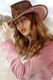 Шлем ковбоя сексуальной женщины нося Стоковые Фотографии RF