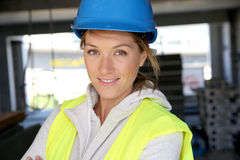 Шлем рабочий-строителя женщины нося Стоковое Изображение RF