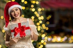 Шлем Санта рождества изолировал подарок рождества владением портрета женщины Стоковые Изображения RF
