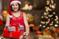 Шлем Санта рождества изолировал подарок рождества владением портрета женщины Стоковое фото RF