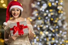 Шлем Санта рождества изолировал подарок рождества владением портрета женщины Стоковое Изображение