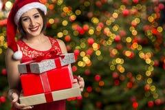 Шлем Санта рождества изолировал подарок рождества владением портрета женщины Стоковая Фотография
