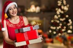Шлем Санта рождества изолировал подарок рождества владением портрета женщины Стоковое Фото