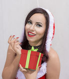 Шлем Санта рождества изолировал подарок рождества владением портрета женщины Стоковые Изображения