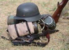 Шлем с винтовкой в лагере армии во время тренировки войны Стоковые Фотографии RF