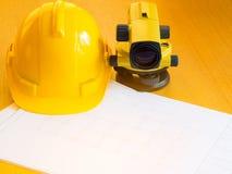 Шлем теодолита и конструкции, крены и планы На столе Стоковые Фото