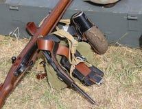 Шлем формы солдата с винтовкой в лагере армии Стоковое Фото