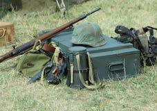 Шлем формы солдата с винтовкой в лагере армии Стоковое Изображение